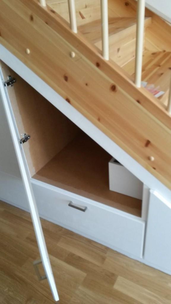 Garderobe med skuffer (under trapp) – Møbelverket
