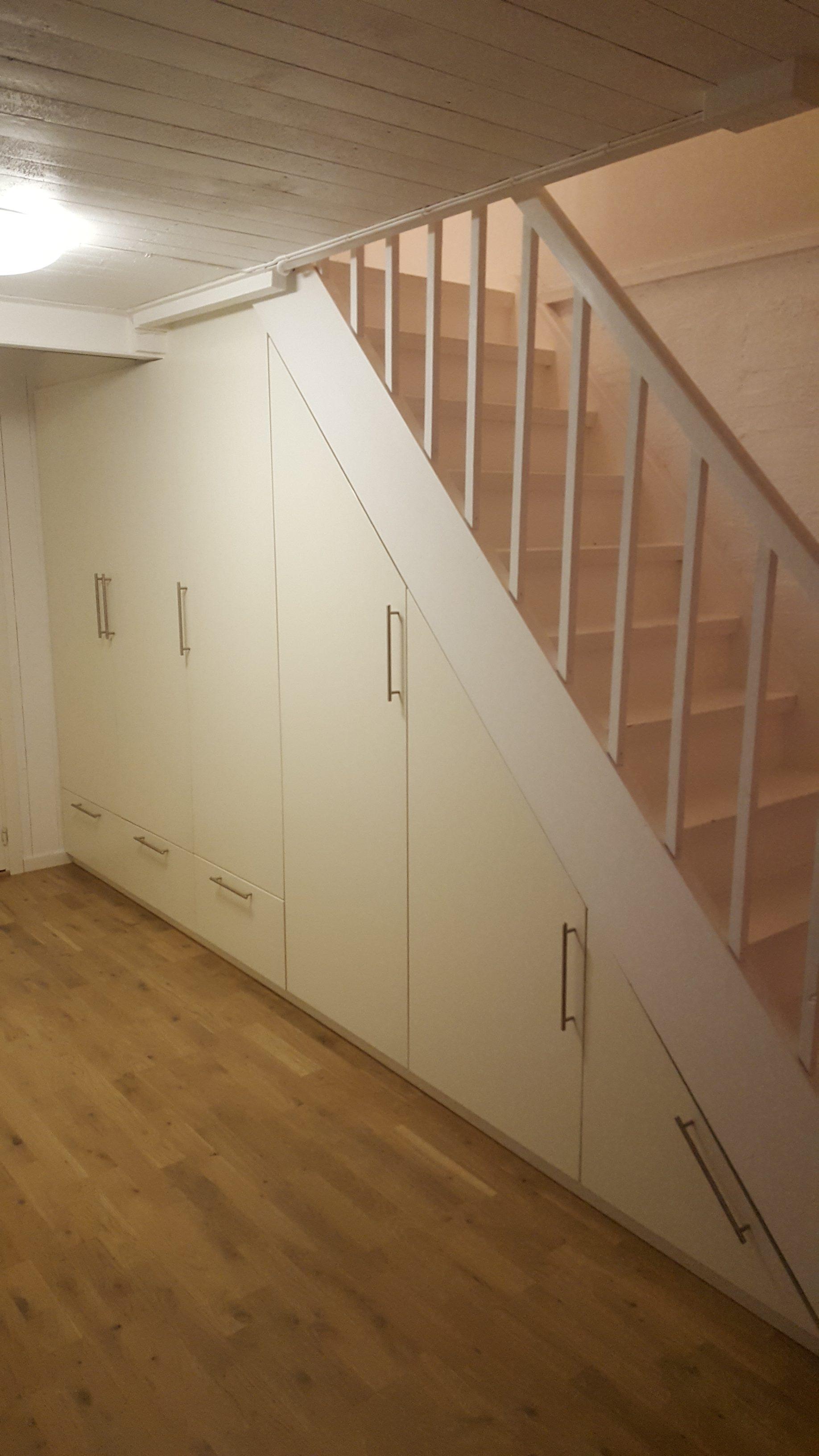 Garderobe under trapp
